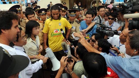 Ronaldinho nhan loi sang Viet Nam giao huu hinh anh