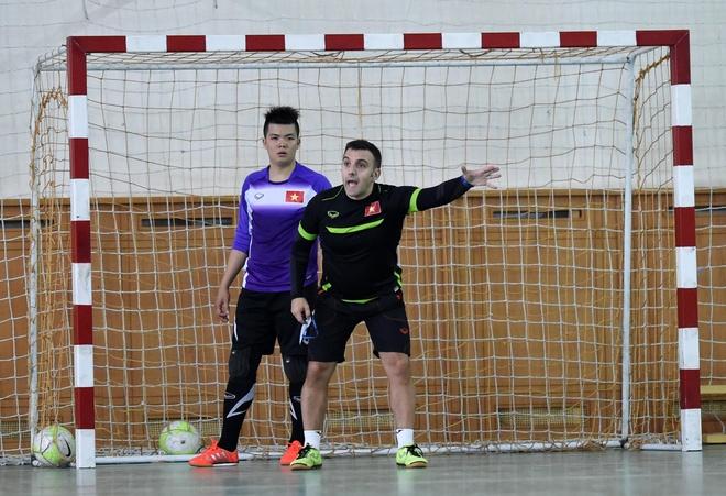 Tuyen futsal Viet Nam mang banh chung an Tet tai Uzbekistan hinh anh 5
