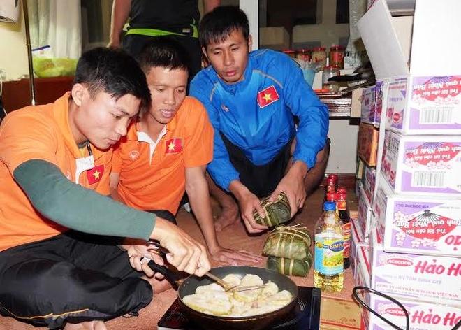 Tuyen futsal Viet Nam ran banh chung an tet tai Uzbekistan hinh anh