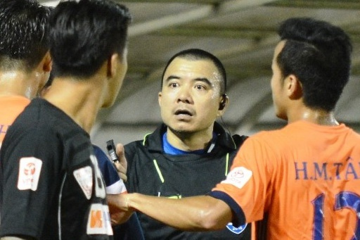 Ban to chuc V.League siet chat viec chi trich trong tai hinh anh