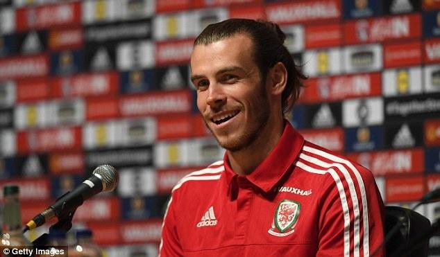 Bale quen tran thua Anh bang hamburger va khoai tay chien hinh anh