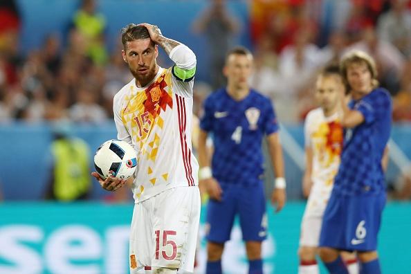 Sergio Ramos 'danh cap' qua penalty tu Iniesta hinh anh