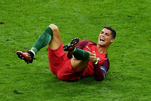 Me Ronaldo phan no vi con trai roi san trong nuoc mat hinh anh