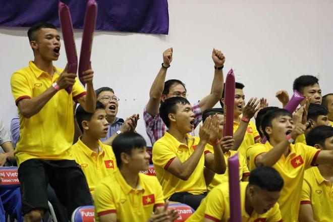 Tuyen futsal Viet Nam hao hung di xem bong ro hinh anh