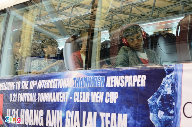 U21 Hoang Anh Gia Lai 'va vat' o san bay vi xe don tre hinh anh 7