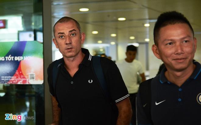 U21 Hoang Anh Gia Lai 'va vat' o san bay vi xe don tre hinh anh 8