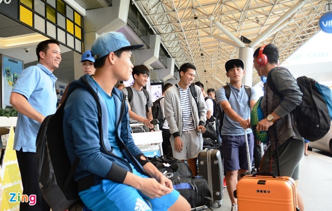 U21 Hoang Anh Gia Lai 'va vat' o san bay vi xe don tre hinh anh 3