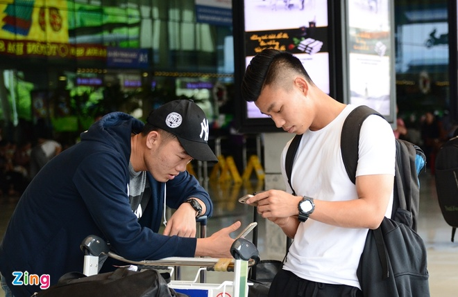 U21 Hoang Anh Gia Lai 'va vat' o san bay vi xe don tre hinh anh 4