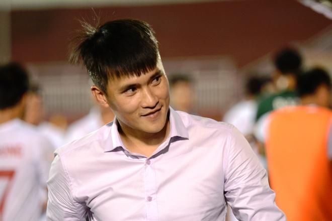 Cong Vinh cuoi rang ro khi TP.HCM thang tran o V.League hinh anh