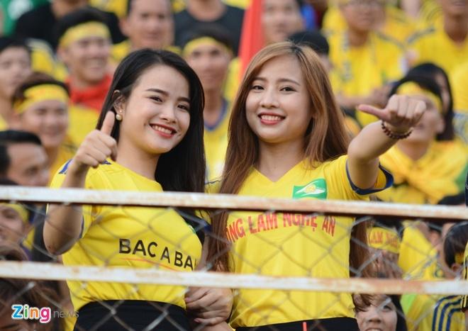 Fan nu SLNA phu vang san Thong Nhat hinh anh 3
