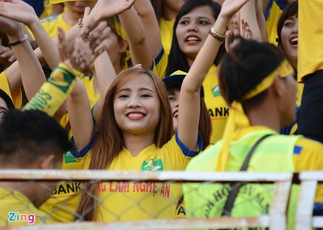 Fan nu SLNA phu vang san Thong Nhat hinh anh 4