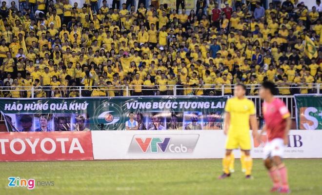 Fan nu SLNA phu vang san Thong Nhat hinh anh 1