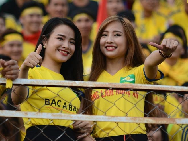 Fan nu SLNA phu vang san Thong Nhat hinh anh