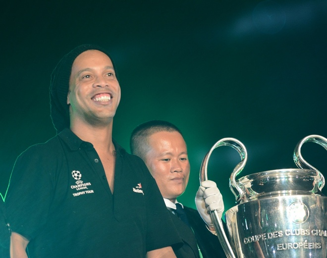 Ronaldinho phan khich khi ruoc Cup Champions League hinh anh