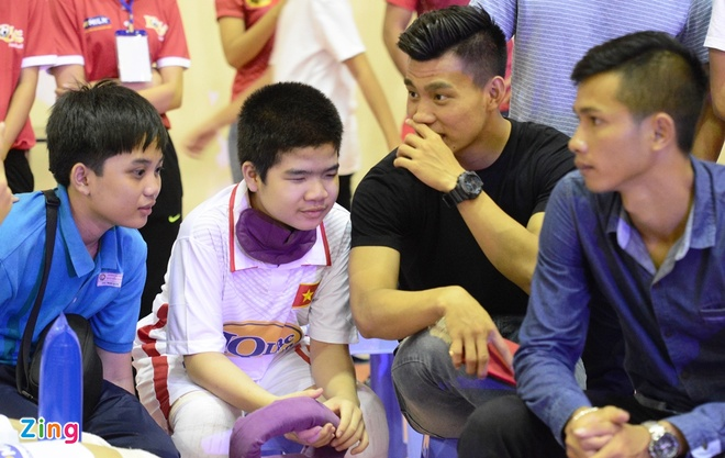 Cong Phuong lam thu mon thi dau voi hoc sinh khiem thi hinh anh 7