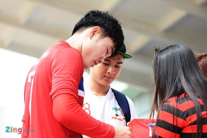 Xuan Truong than thien voi fan o ngay dau tap trung hinh anh 1