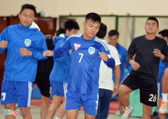 Cau thu Quang Nam doi mua di tap luyen cho dau CLB TP.HCM hinh anh 6