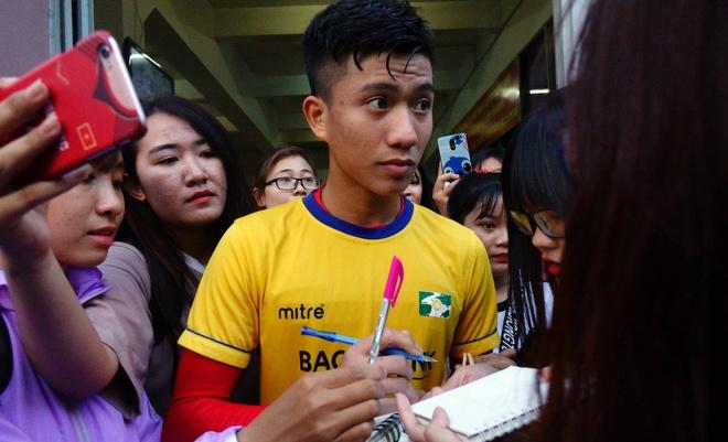 Fan nu vay chat Phan Van Duc o san Thong Nhat hinh anh