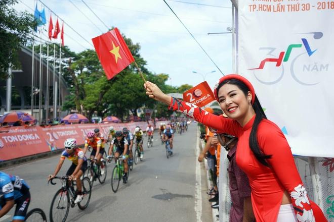 Hoa hau Ngoc Han, ca si Ung Hoang Phuc khuay dong cup Truyen hinh hinh anh