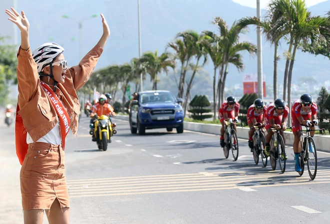 Hoa hau H'Hen Nie ngoi moto co vu cac tay dua Cup Truyen hinh hinh anh 3