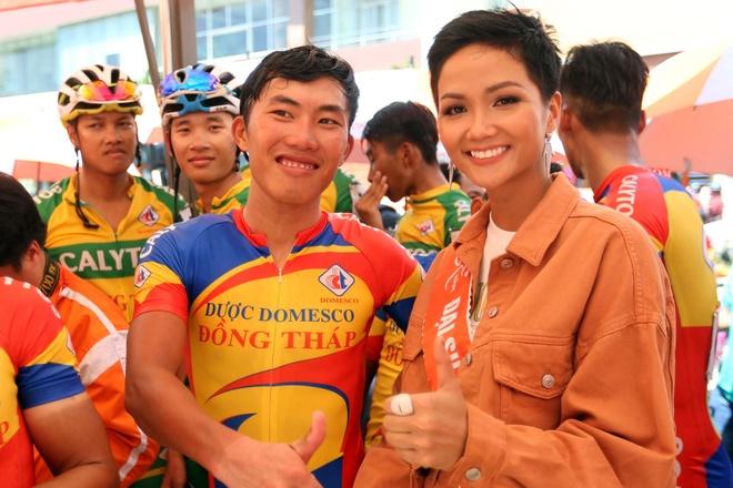 Hoa hau H'Hen Nie ngoi moto co vu cac tay dua Cup Truyen hinh hinh anh 6