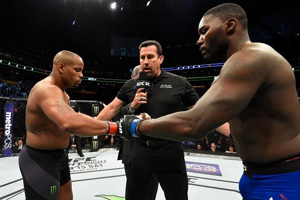 UFC 210: Thua sau don khoa co, vo si tuyen bo giai nghe hinh anh 1