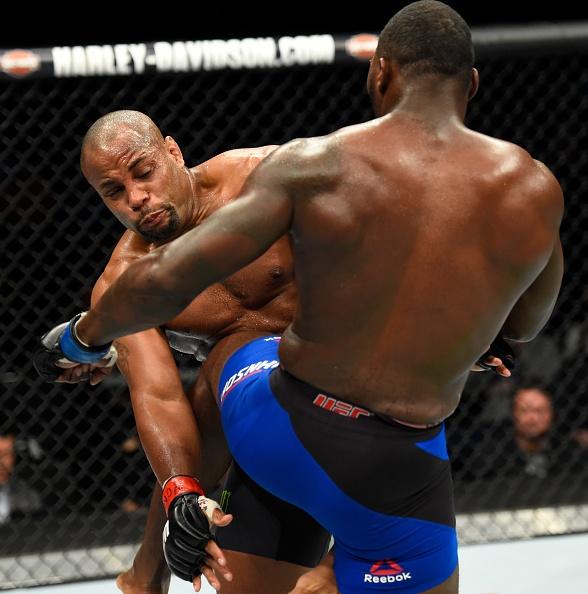 UFC 210: Thua sau don khoa co, vo si tuyen bo giai nghe hinh anh 8
