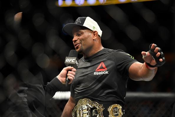 UFC 210: Thua sau don khoa co, vo si tuyen bo giai nghe hinh anh 12