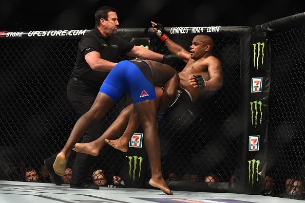 UFC 210: Thua sau don khoa co, vo si tuyen bo giai nghe hinh anh 6