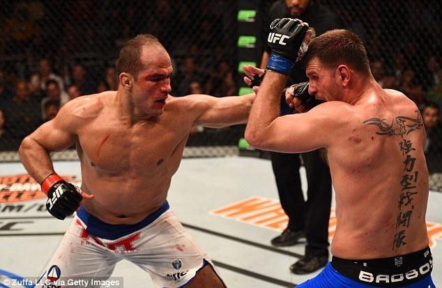 UFC 211: Mat 2 phut, nha vo dich cho ke thach dau do van hinh anh 2