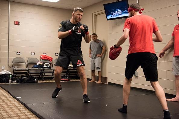 UFC 211: Mat 2 phut, nha vo dich cho ke thach dau do van hinh anh 3