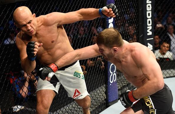 UFC 211: Mat 2 phut, nha vo dich cho ke thach dau do van hinh anh 5