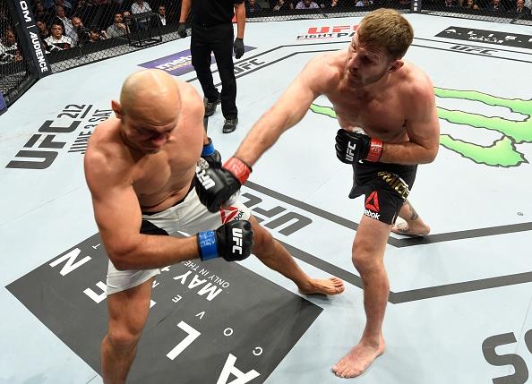 UFC 211: Mat 2 phut, nha vo dich cho ke thach dau do van hinh anh 6