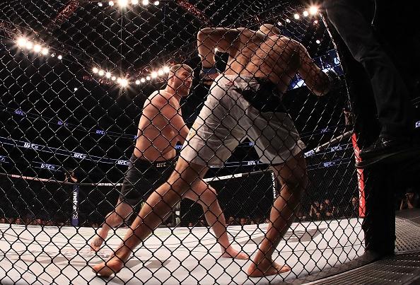 UFC 211: Mat 2 phut, nha vo dich cho ke thach dau do van hinh anh 7
