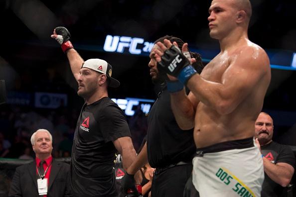 UFC 211: Mat 2 phut, nha vo dich cho ke thach dau do van hinh anh 8