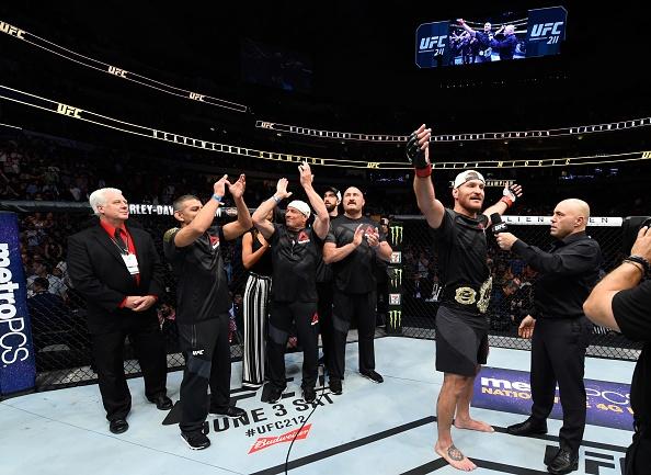 UFC 211: Mat 2 phut, nha vo dich cho ke thach dau do van hinh anh 9