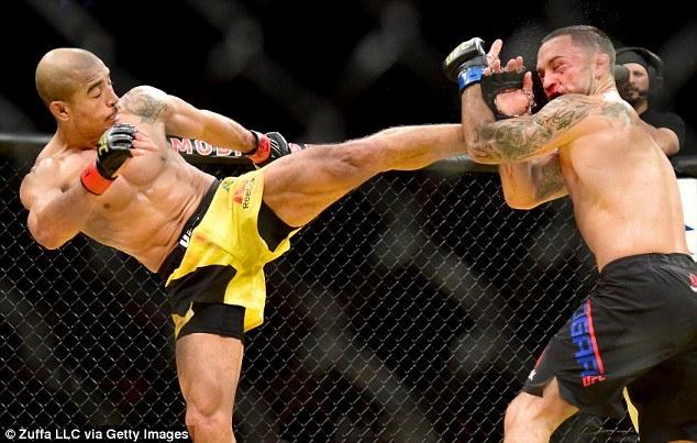 UFC 212: Thua dau Max Holloway, nha vo dich Jose Aldo khoc nuc no hinh anh 3