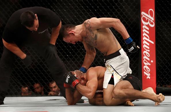 UFC 212: Thua dau Max Holloway, nha vo dich Jose Aldo khoc nuc no hinh anh