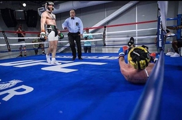 Conor McGregor knock-out nha vo dich quyen anh khi dau tap hinh anh 1