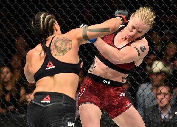 UFC 215: Nu vo si xinh dep thua tran vi kem doi thu mot diem hinh anh 3