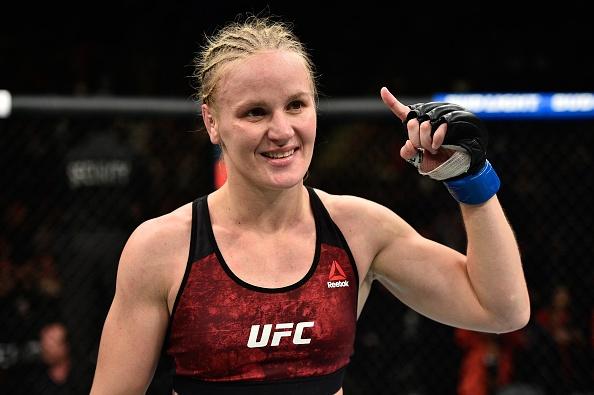 UFC 215: Nu vo si xinh dep thua tran vi kem doi thu mot diem hinh anh 8