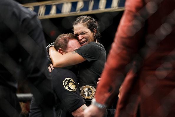 UFC 215: Nu vo si xinh dep thua tran vi kem doi thu mot diem hinh anh 10