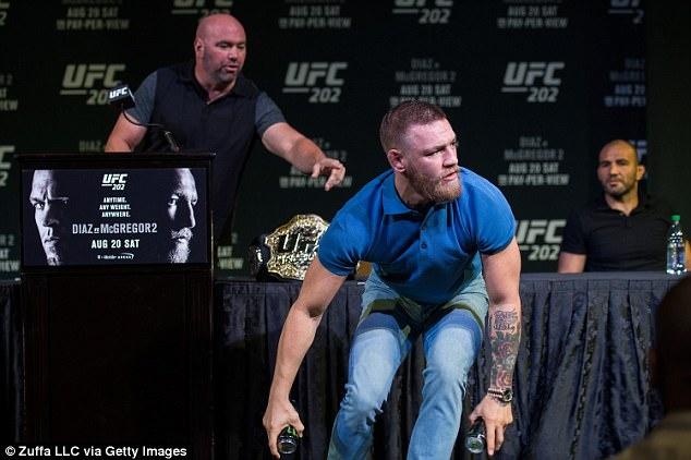 Conor McGregor bi kien vi vu 'chai nuoc bay' hinh anh 1
