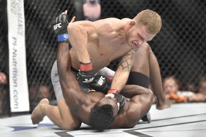 Vo si UFC van chien thang bang knock-out du bi dam guc va siet co hinh anh 1
