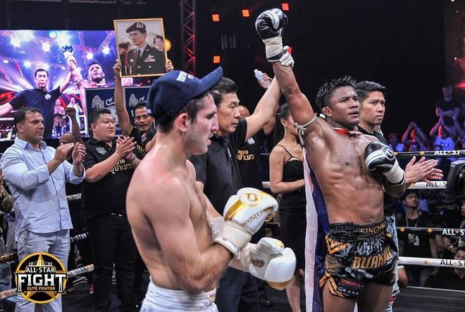 'Thanh Muay Thai' Buakaw ha doi thu chau Au, thang tran thu 301 hinh anh 10