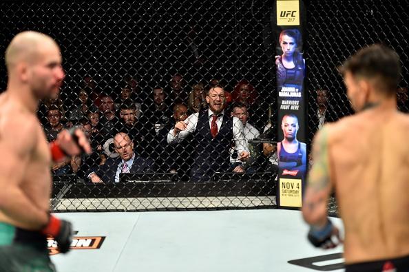 McGregor tan cong trong tai, gay au da o giai MMA lon thu hai the gioi hinh anh 1