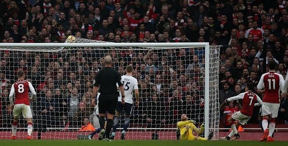 Arsenal 2-0 Tottenham: Ngay Pochettino cui dau truoc 'bac thay' Wenger hinh anh 5