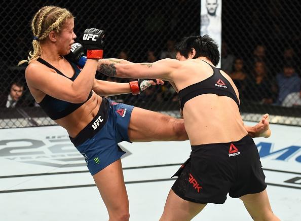 UFC FN 124: Vo si quyen ru nhat UFC bi gay tay, thua tran thu 4 hinh anh 3