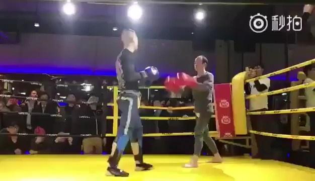 Vo su 30 nam tap Kung Fu thua sau 40 giay truoc tay dam MMA hinh anh