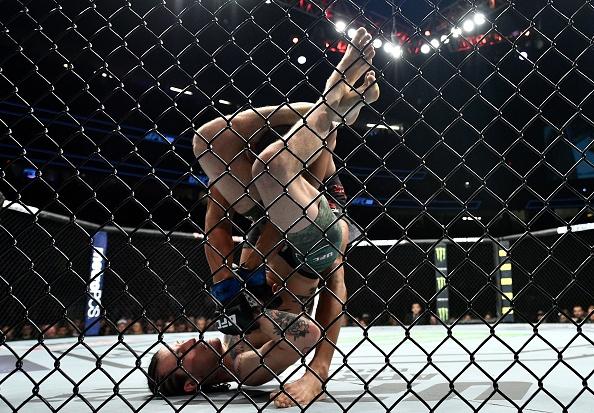 Chien thang du bi gay chan, vo si bat bai duoc UFC trao thuong hinh anh 4